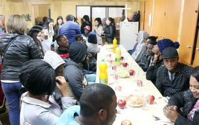 """4° Medio """"A"""" ofrece cena a hermanos Haitianos"""