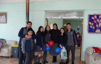 Jóvenes visitan Hogar Buen Samaritano